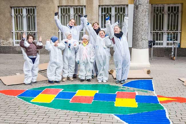 Veseli otroci z Geberit ekipo Po napornem delu je ostal čas za igro